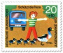 Stamp: Junge schützt Enten auf der Straße